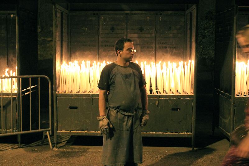 Uno de los feutiers encargado de velas y cirios