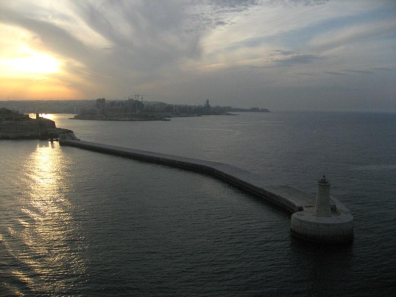 Faro en la bocana del puerto de La Valleta