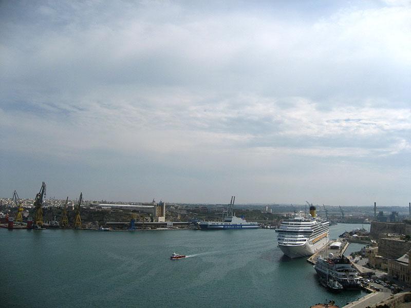 El crucero Costa Concordia y panorama del puerto