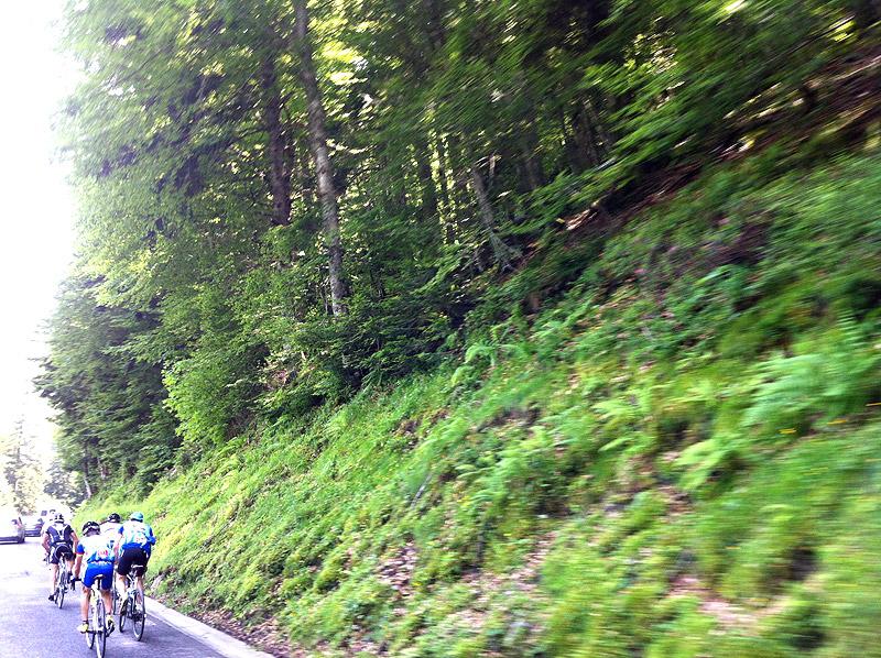 Grupos de aficionados al ciclismo en la carretera al Col du Tourmalet