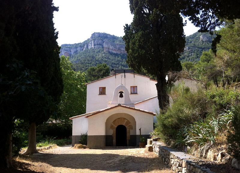 Ermita de Santa antoni y con el Montsant detrás