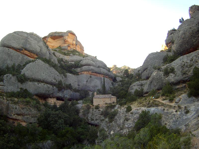 El congosto de Fraguerau con la ermita de Sant Bartomeu al fondo