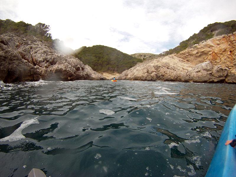 Llegando a Cala Calella en kayak