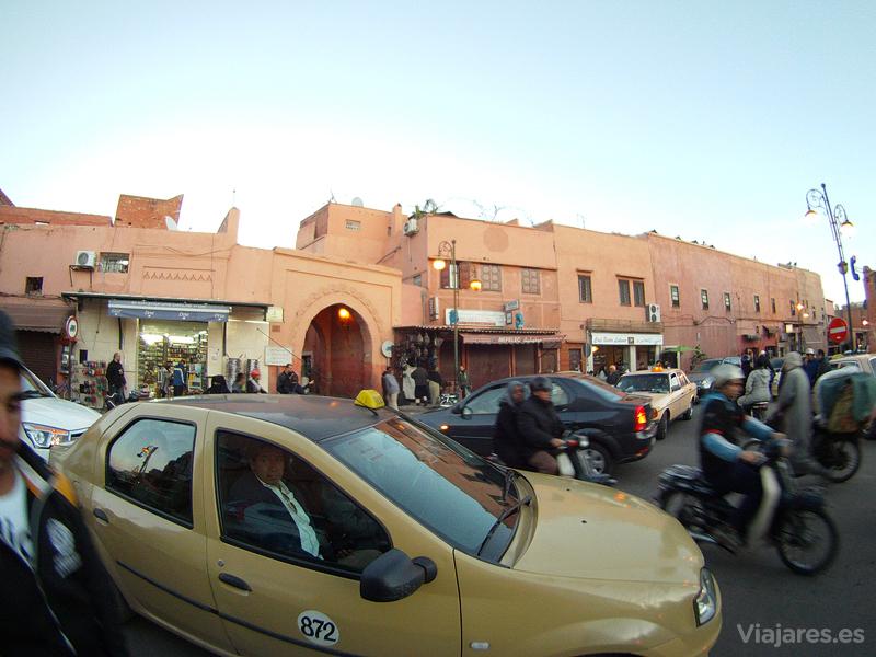 Caos circulatorio en una de las entradas a la medina de Marrakech