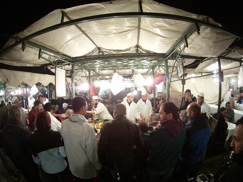 Los turistas y locales se mezclan en Jemaa El Fna para la cena