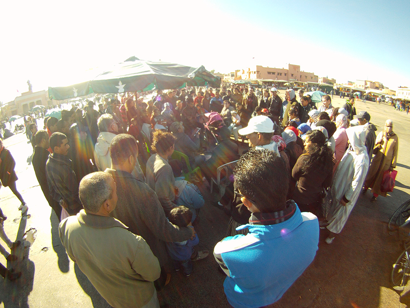 Corrillos atendiendo a un grupo musical en Jemaa El Fna