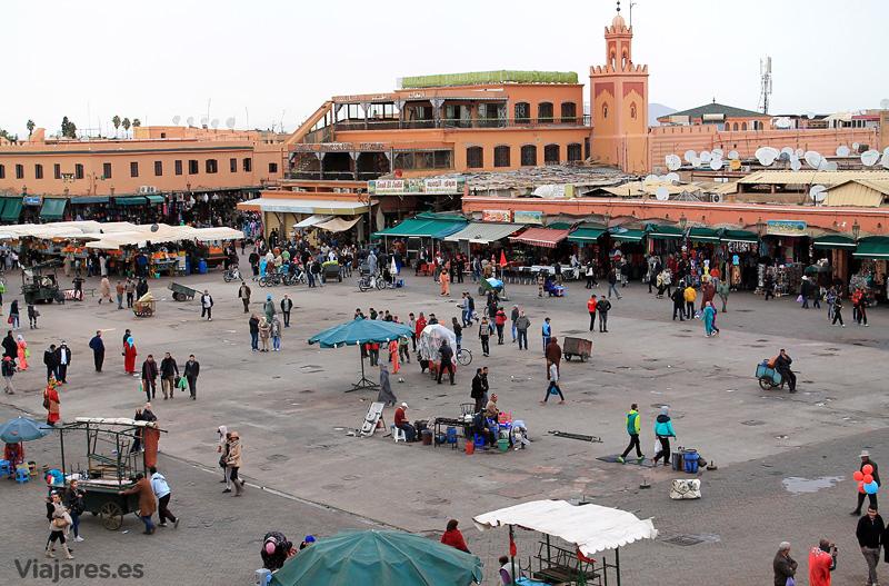 El uso y es aspecto de la plaza Jemaa El Fna cambia al ritmo de las horas