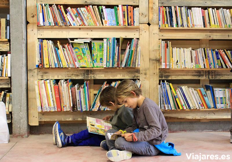 Hay miles de libros para ojear en Bellprat