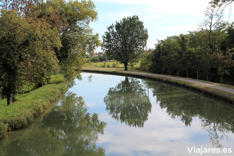 Suave giro del canal cerca de Moissac