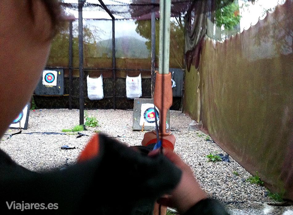 Afinando la puntería con arco y flechas