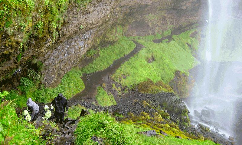 Bajo una cascada en Islandia