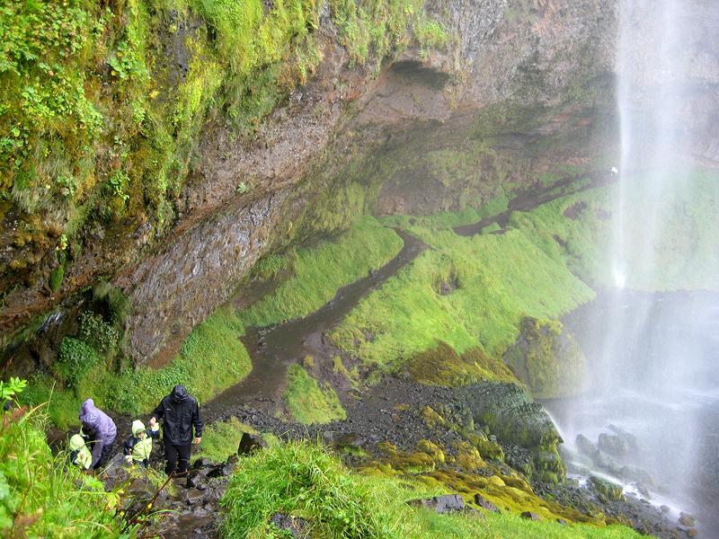 Atravesando la cascada de Seljalandsfoss en Islandia