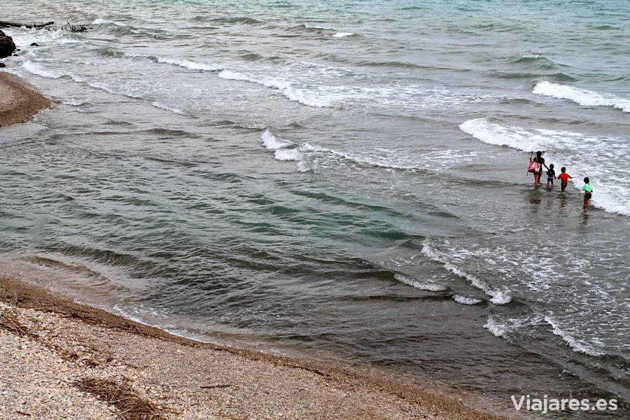 Cruzando de un lado a otro del río Sénia por el mar