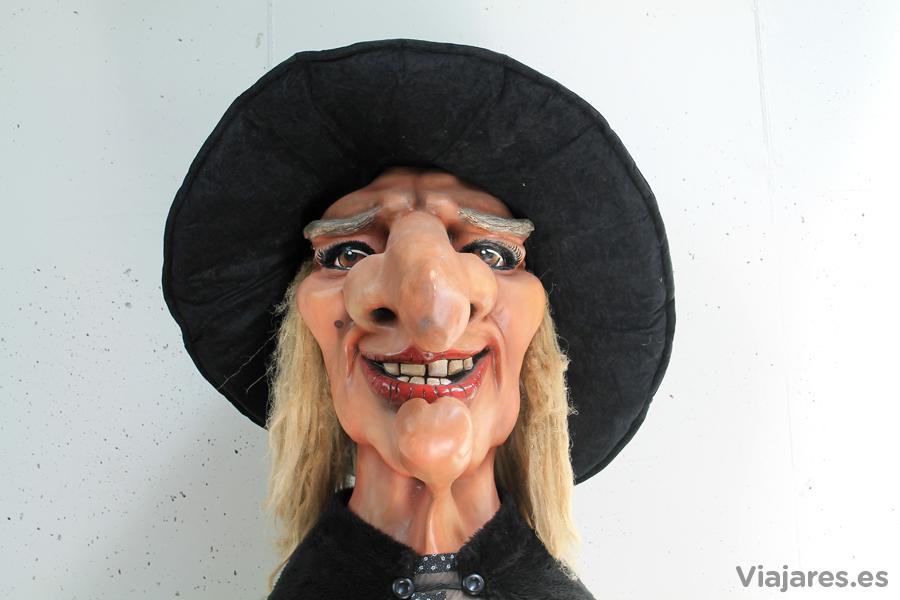 La bruja Maigarda tutela todo lo que pasa en el Alberg de la Vall d'en Bas