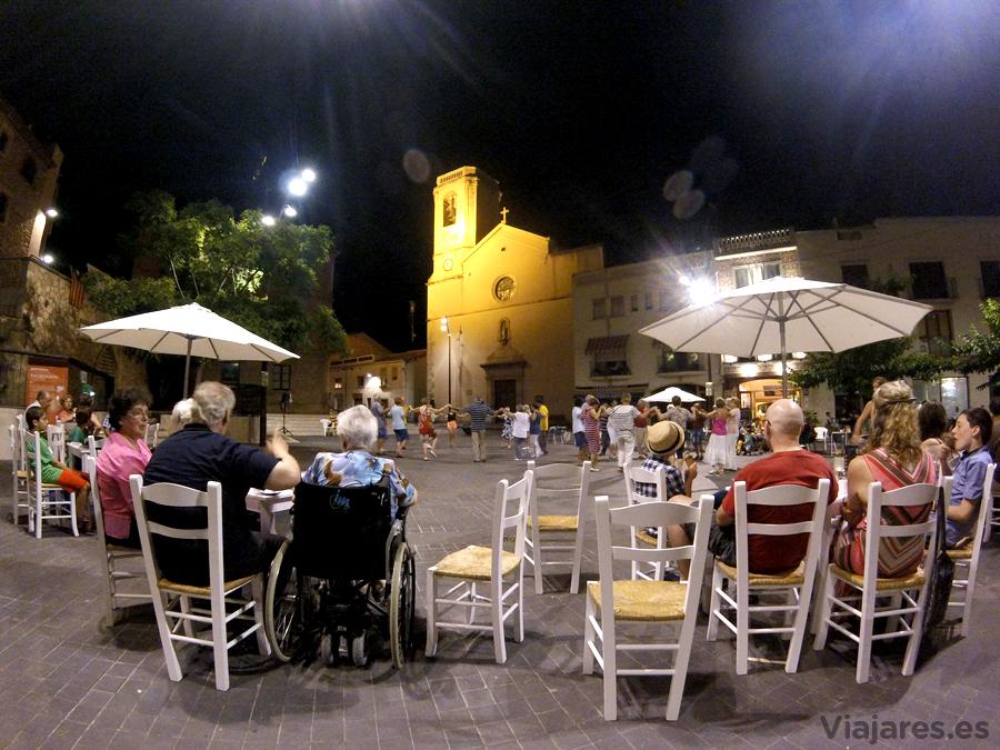 Ambiente nocturno en la plaza principal de Calafell