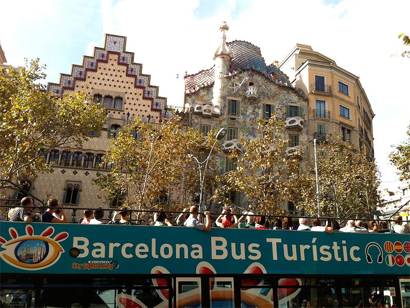 Barcelona Bus Turístic delante de la Casa Batlló