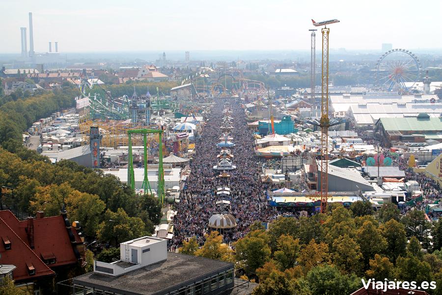 Panorama del gentío que invade Oktoberfest