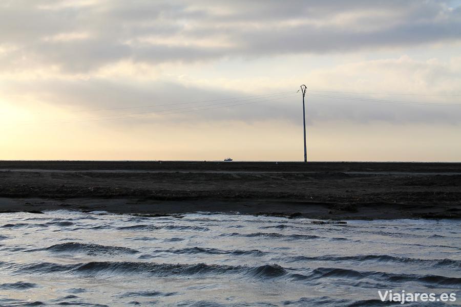 Un barco de pesca parece navegar en la arena