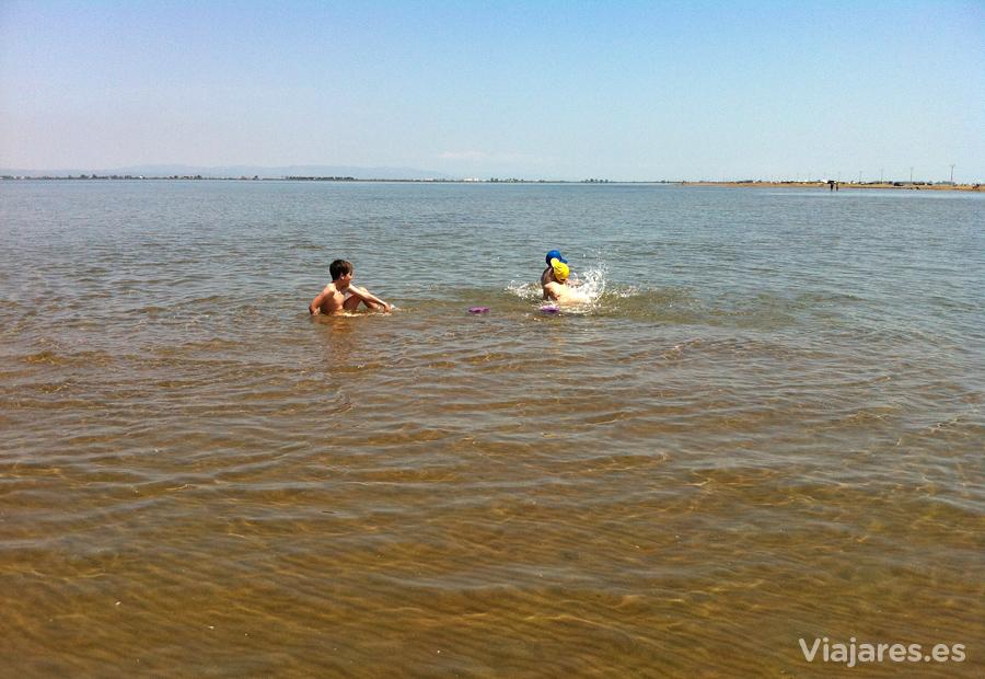 Baños y juegos en las aguas de la Badia dels Alfacs