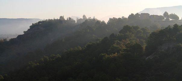 Silueta de Albarca entre la niebla matinal
