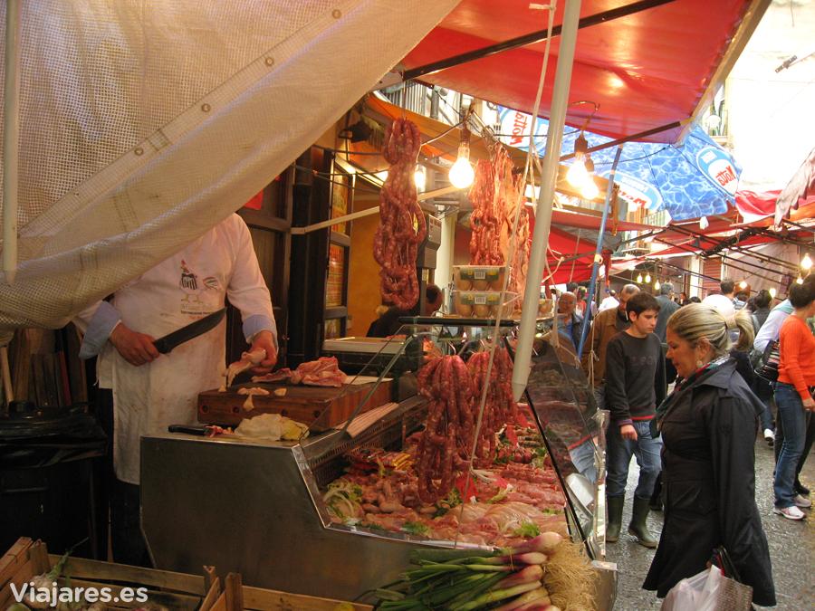 Una de las carnicerías del mercado en Palermo,. Italia