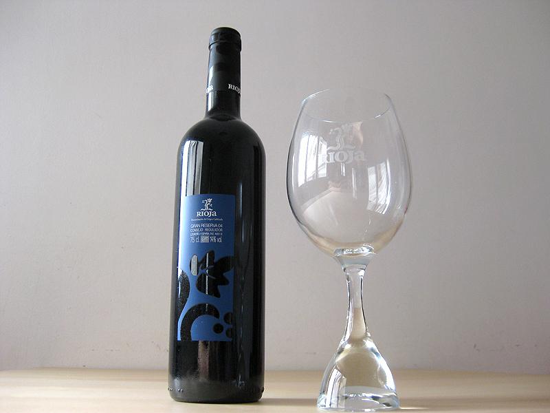 Botella de Rioja Reserva y la correspondiente copa