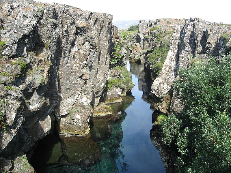 Una de las múltiples grietas visibles en Thingvellir
