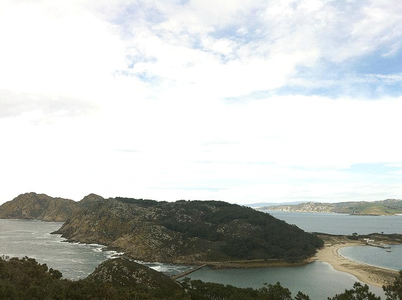 Haciendo de árbitro entre el fiero Atlántico y las aguas más reposadas de la Ría de Vigo las Islas Cíes son la joya de la corona de la provincia de Pontevedra