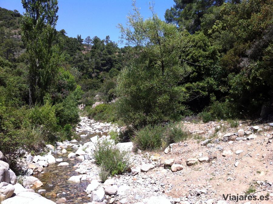 Un riachuelo de aguas bien limpias desciende por el valle