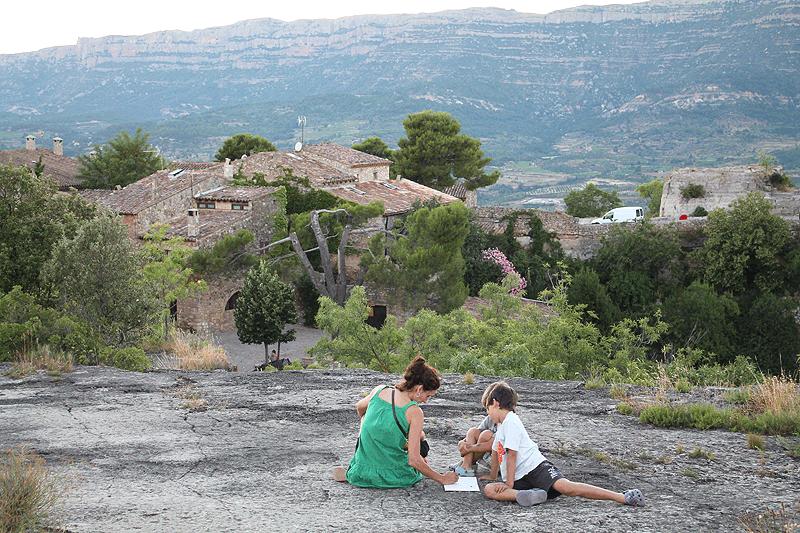 Dibujos y relatos con la Serra de Montsant al fondo