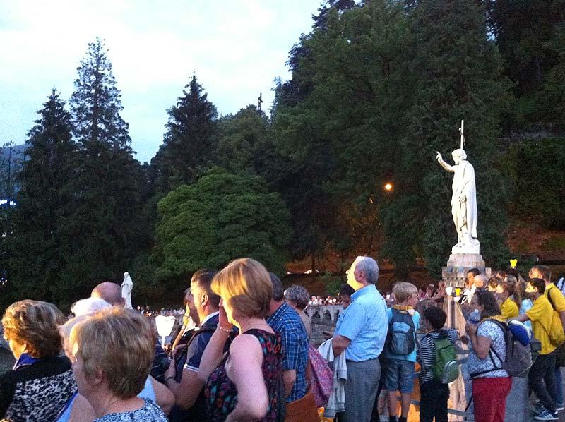 Asistentes contemplando la procesión en Lourdes