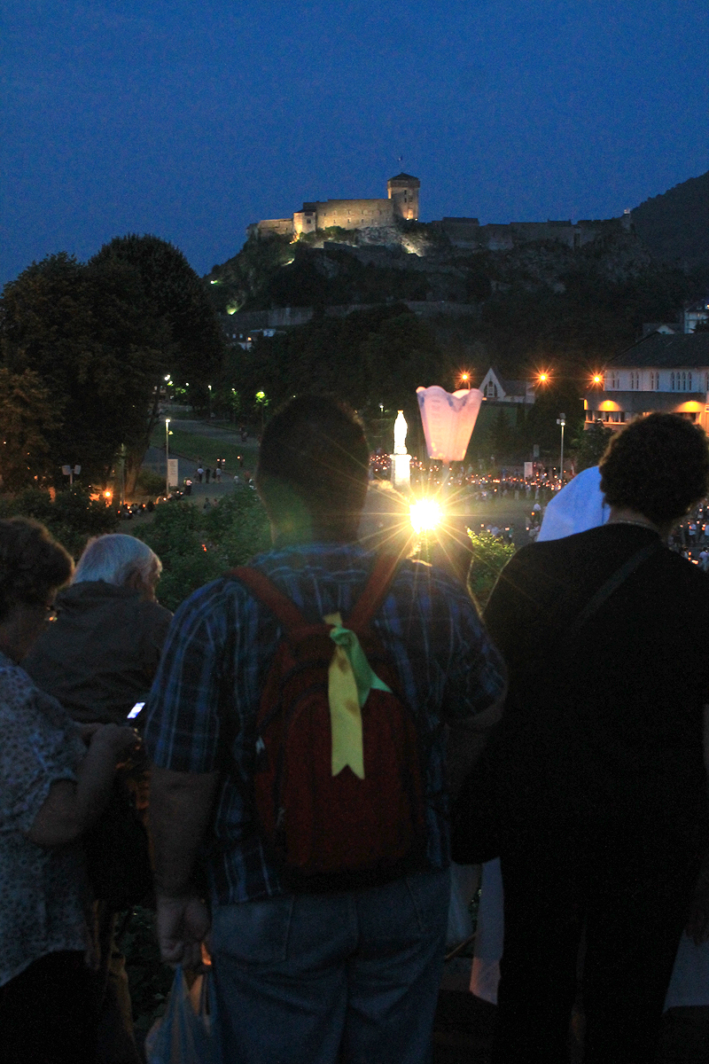 Procesión bajo el Castillo de Lourdes