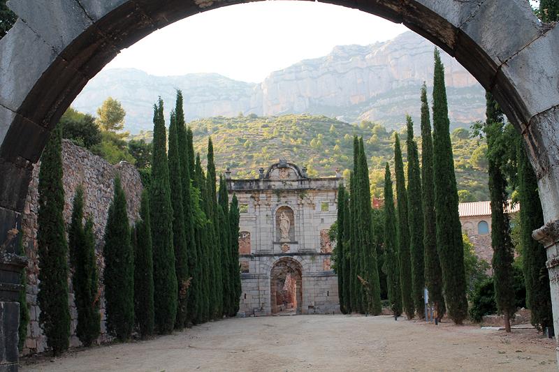 Paseo que lleva hasta la fachada de Santa María