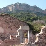 Ruinas de antiguas celdas con el Montsant al fondo