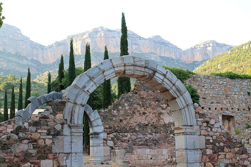 Arcos en el Patio del Ave María y el Montsant al fondo
