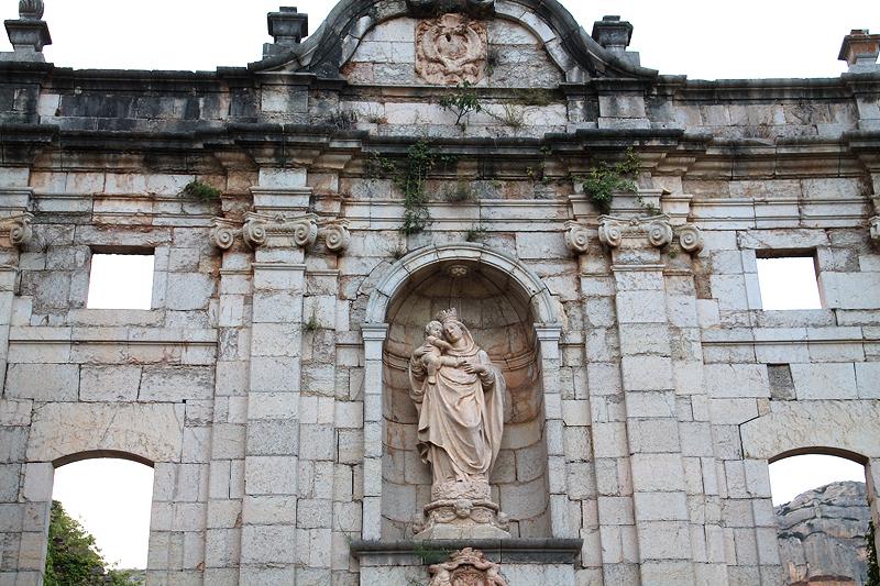 Fachada de Santa María, que da acceso al recinto