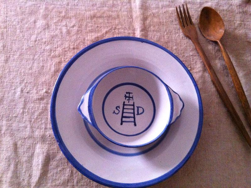 La austeridad de la comida va en consonancia con la cubertería