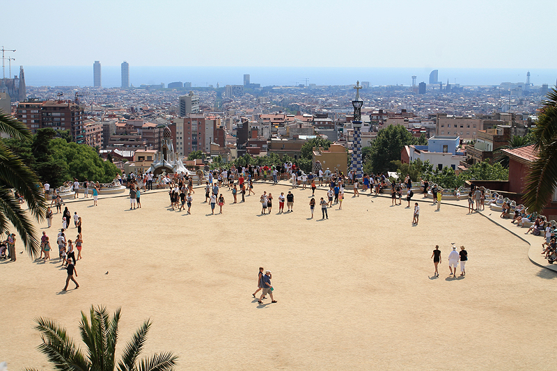 Explanada con el sinuoso banco y Barcelona al fondo