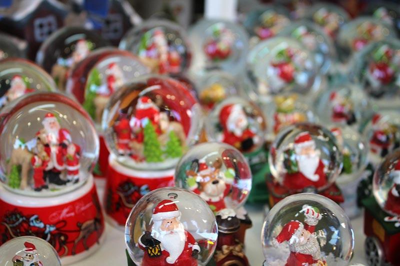 viajares-navidad-mercado-sagrada-familia-bolas