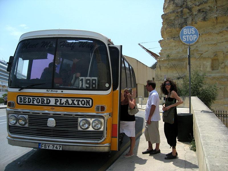 Uno de los famosos autobuses amarillos de La Valletta