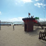 Jugando en un parque infantil en la misma playa de L'Estartit