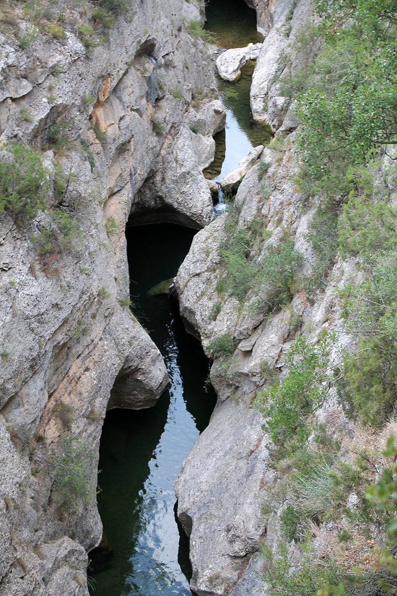 El agua del río pasa entre la roca cortada durante milenios