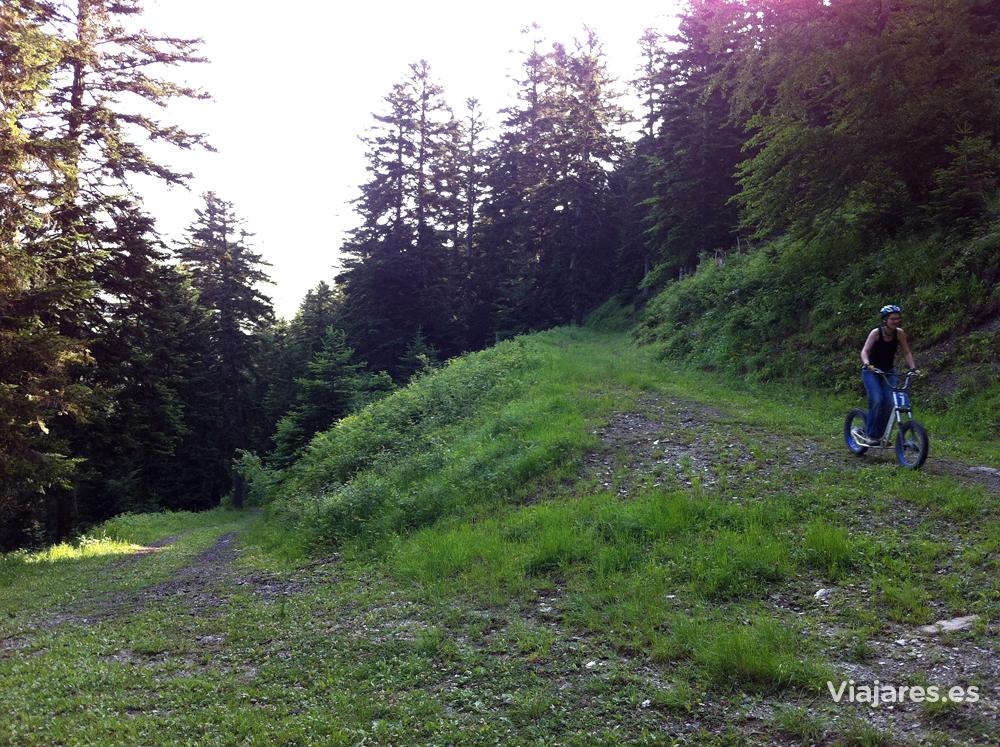 Descenso en bicicleta-patinete por la montaña