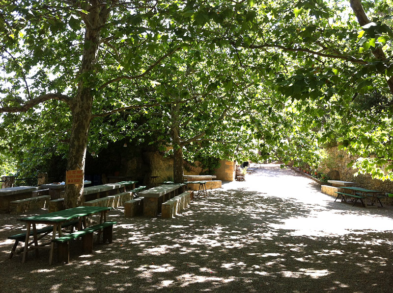 Buena sombra y mesas al lado de Santa Magdalena