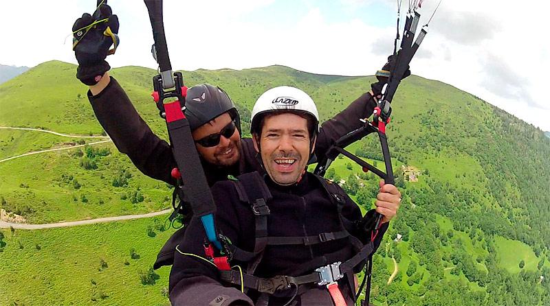 Volando en parapente sobre el valle de Louron
