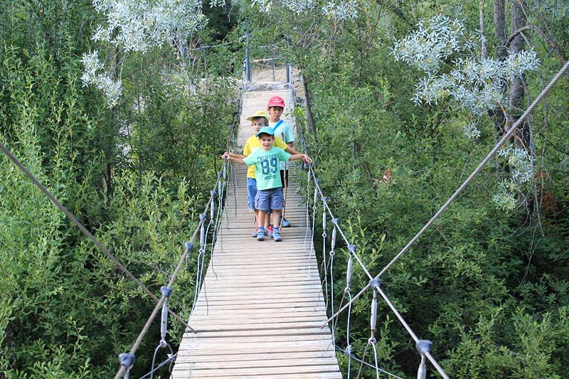 Emoción al cruzar el puente colgante sobre el río Montsant