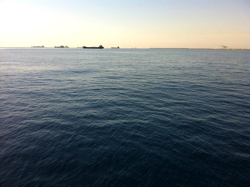 Cargueros atracados en la bocana del Puerto de Barcelona