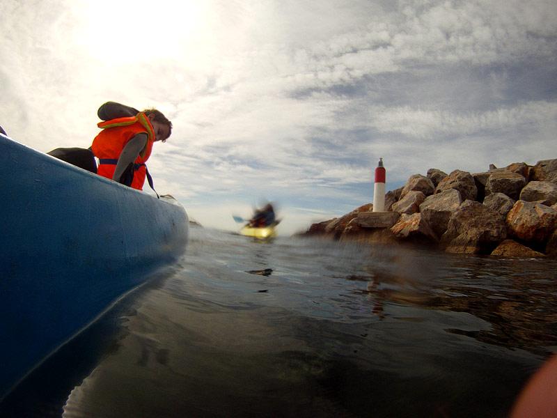 Avanzando en kayak por la bocana del puerto del L'Estartit