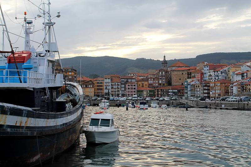Pesquero en el puerto de Bermeo, Bizkaia Costa Vasca