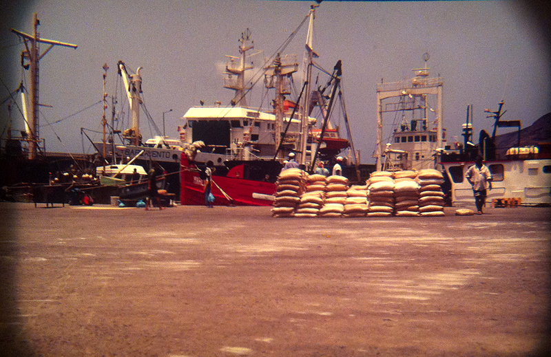 La proa roja del Mar Liso en el puerto de Tarrafal